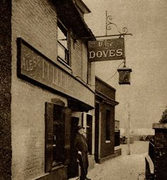 The Doves (now The Dove), Upper Mall, Chiswick, London, Vintage London, Old London, West London, Old Pictures, Old Photos, Vintage Photos, Old Pub, London History, Brick Lane