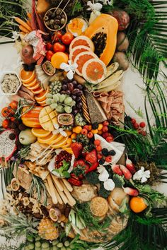 How to Have a Modern Tropical Inspired Wedding Charcuterie Wedding, Charcuterie Board, Tropical Desserts, Tropical Party, Beautiful Wedding Cakes, Gorgeous Cakes, Mango, Grazing Tables, Coffee Painting