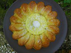 Un ananas frais, c'est trop bon ! et un gâteau à l'ananas frais... aussi :) Voici une recette que j'aime beaucoup. La fraîcheur de l'ananas se marie à merveille avec le gâteau légèrement croustillant à l'extérieur et moelleux comme je l'aime à l'intérieur......