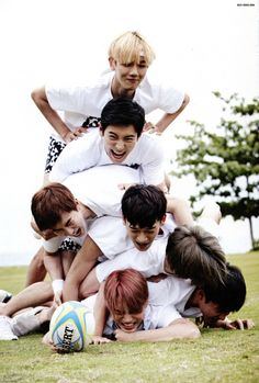 EXO ❤️ Boys on the bottom all dying and meanwhile baekhyun is just floating on top lol Kai Exo, Bts And Exo, Kyungsoo, Baekyeol, K Pop, Exo Dear Happiness, Exo Group Photo, Group Photos, Exo Official