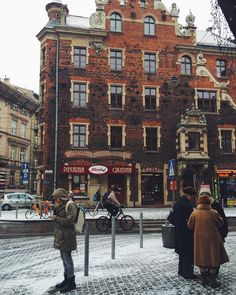 Краков, часть первая. Курсы, центр, площади, парки, шоколадные п… по 30 злотых — Medium Krakow, Poland, Places To See, Times Square, Beautiful Places, Public, Street View, City, World