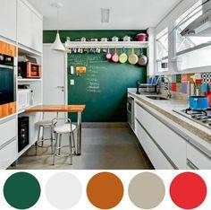 Uma outra forma diferente de dar um up na sua cozinha branca, é trazer uma parede colorida. Neste caso foi usada como lousa também para escrever lista de compras, receitas e muito mais!