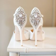Strut your stuff in style and make others swoon with these glamorous wedding heels that are sure to dazzle in the sunlight. Xoxo @weddingchicks PC: @alisonconklin #shoes #sparkle #wedding #heels #glamour