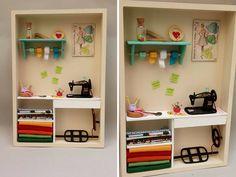 """Acessórios em Biscuit feitos pela artista brasileira Bruna Nóbrega, da Loja Arte Vira Lata. Confecciona miniaturas perfeitas, delicadas e repleta de detalhes. Além de acessórios ela ainda cria os """"cenários"""" que você pode pendurar na parede ou usá-lo apoiado também como enfeite. Sua especialidade são as miniaturas de doces, pequenas perfeições nas mãos da rainha dos biscuits. Conheça a rainha dos biscuits e se apaixone você também, por essa arte incrível!"""