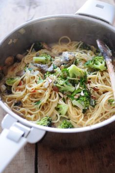 Not just another trend, one-pot pasta dishes are becoming increasingly popular because they're quick and easy. Here are 15 super simple pasta dishes that are sure to satisfy even the pickiest eaters! Batch Cooking, Healthy Cooking, Healthy Recipes, Pasta Tomate, Pasta Salad For Kids, One Pan Pasta, Ground Meat Recipes, Quinoa, Easy Pasta Recipes