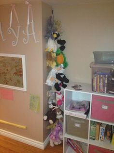 18 Genius Stuffed Animal Storage Ideas Is your kid's room overflowing with toys? Corral them with these genius stuffed animal storage id Stuffed Animal Holder, Stuffed Animal Storage, Diy Stuffed Animals, Stuffed Toys, Kids Storage, Storage Ideas, Soft Toy Storage, Storage Cubes, Ribbon Storage