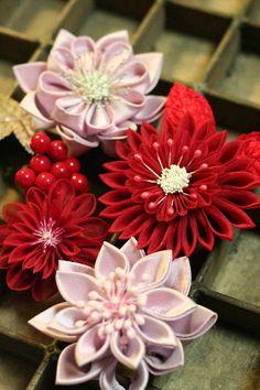 #つまみ細工 Flowers In Hair, Fabric Flowers, Paper Flowers, Ribbon Art, Diy Ribbon, Kanzashi Flowers, Japanese Flowers, Diy Headband, Homemade Crafts