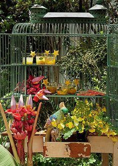 Bar original: usar gaiolas é um jeito de surpreender na decoração. Aqui, ela acomoda os drinques e os arranjos tropicais