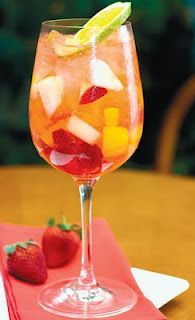 Frutas frescas fatiadas  Champanhe licor de laranja  Xarope de cereja