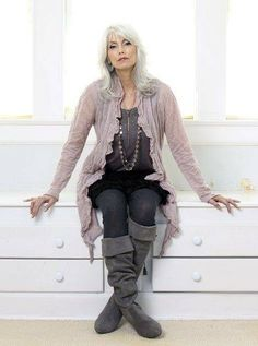Aging gracefully, timeless beauty, emmylou harris, fashion over look fa Fashion Over 50, Look Fashion, Womens Fashion, Fashion Trends, Yasmina Rossi, Mode Ab 50, Quoi Porter, Beautiful Old Woman, Beautiful People
