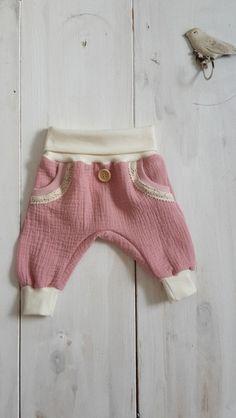 Baby Pumphose in warmen Rosa mit weißen Bündchen, Kuschelhose für Babys / comfy and soft baby trousers made by handmade-by-o-a via DaWanda.com