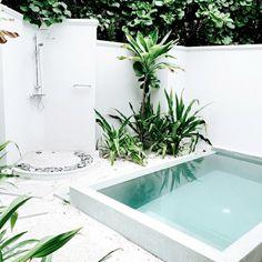 piscine pour petit jardin -margelle-blanche-gravier-blanc-douche-extérieure