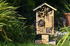 How to build a hotel for wild bees. Done building birdhouses? Help out your local bee population by building them a DIY place to nest. Bee House, Bird House Kits, Plan Hotel, Wild Bees, Raising Bees, Bug Hotel, Mason Bees, Bird Aviary, How To Attract Birds