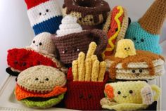Visto aquí: http://notyouraveragehooker.tumblr.com/post/8300474279/so-much-adorable-crochet-food