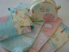 Corujinhas são sempre amadas!!! <br>Kit é composto por uma necessaire confeccionada em tricoline (100% algodão), ideal para guardar os produtos do seu bebê. <br>Um porta fraldas confeccionado em tricoline (100% algodão), ótima para guardar fraldas descartáveis, pomada e lenço umedecido, organizando a bolsa do seu bebê. <br>E três saquinhos super delicados para levar na maternidade com as roupinhas do seu bebê. <br> <br>Obs.: esse valor está incluso somente um nome, para nomes compostos será…