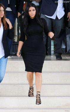 Kim Kardashian, enceinte, quitte le centre commercial Barneys New York à Beverly Hills....