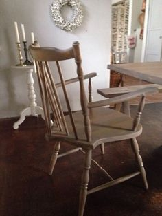 Landhausstuhl mit Armlehnen, massives HolzMaße: 61 cm breit, Sitztiefe 55 cm, 90 cm hoch, 2 Stück vorhandenArmlehnstuhl im französischen Landhausstil. In antik gewischtem Finish.