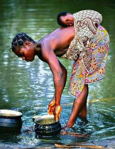 Water from the River of Life - Mother and Baby in Africa - Photographer Sergio Pessolano Baby Wearing! We Are The World, People Around The World, Wonders Of The World, Around The Worlds, Black Is Beautiful, Beautiful World, Beautiful People, Stunningly Beautiful, Absolutely Stunning