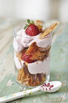 Τραγανό τράιφλ με κρέμα φράουλας
