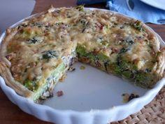 Broccoli taart met spek en noten! Heerlijke hartige taart met noten, spek, lente ui, champignons, bladerdeeg, ei, kaas en natuurlijk broccoli!
