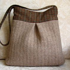 Re-puposed Sweater Bag How amazing is this bag made from an old sweater with plaid gusset? Love the idea of using an old sweater to make into a bag. Going to the Thrift Store to find an old sweater and make one. Fabric Bags, Wool Fabric, Alter Pullover, Recycled Sweaters, Wool Sweaters, Recycled Clothing, Recycled Fashion, Diy Sac, Old Sweater