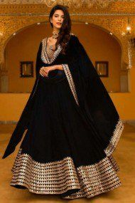 Breathtaking Black Lehenga Inspirations You Gotta See Black Mirror Work Lehenga Designer Party Wear Dresses, Kurti Designs Party Wear, Lehenga Designs, Indian Designer Outfits, Indian Attire, Indian Wear, Indian Outfits, Black Lehenga, Golden Lehenga
