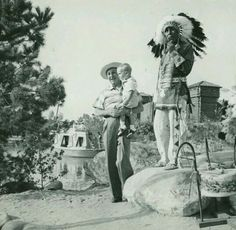 Walt with grandson Christopher at the Indian Village, Frontierland. Disney Posters, Disney Quotes, Disney Cruise, Disney Parks, Walter Elias Disney, Mickey Mouse Club, Vintage Disneyland, Old Disney, Walt Disney Company