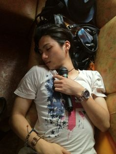 """Yuuki and Negi went to karaoke together. When time was nearly up, Yuuki asked if they could extend it for half an hour. It was fine with Negi, so he continued singing only to find Yuuki passed out on the couch five minutes later… so he kept singing. Yuuki didn't wake up at all… """"Yamada-san, please rest responsibly! Not karaoke!"""""""