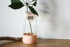 kleine Vase / Flasche aus Glas mit Akzent peach  von KUZÍ auf DaWanda.com