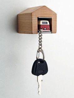 これなら鍵を置き忘れない!ガレージ収まるかわいいフォルクスワーゲンキーホルダー – VW Bus Keychain and Garage