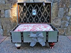 Diy Dog Bed Suitcase Pet Furniture 24 New Ideas Diy Dog Bed, Cool Dog Beds, Bedroom Organization Diy, Pet Furniture, Garden Furniture, Modern Furniture, Dog Blanket, Animal Projects, Fun Projects