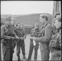 Major Lord Lovat giving orders to his men before setting out on a commando raid near Boulogne, April 1942 Luftwaffe, Lord Lovat, British Army Regiments, British Royal Marines, British Commandos, Us Army Rangers, Poland History, Afghanistan War, Fighter Pilot