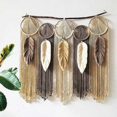 Macrame Wall Hanging Patterns, Yarn Wall Hanging, Macrame Patterns, Diy Home Crafts, Yarn Crafts, Diy Crafts To Sell, Sewing Crafts, Macrame Design, Macrame Art
