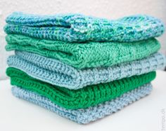 Green and blue knitted cloths Knitted Washcloth Patterns, Knitted Washcloths, Knit Dishcloth, Knitting Patterns, Dish Towels, Drops Design, Tupperware, Granny Squares, Washing Clothes