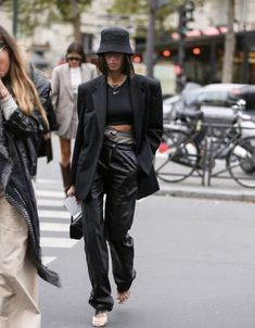 Bucket hats are here to stay for autumn - street style inspiration . - Bucket hats are here to stay for autumn - street style inspiration: Bucket ha. Star Fashion, Look Fashion, Girl Fashion, Fashion Outfits, Fashion Trends, Blazer Fashion, Dress Outfits, Fashion Women, Fashion Ideas