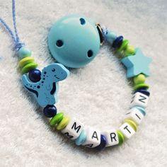 Ich freue mich, den jüngsten Neuzugang in meinem #etsy-Shop vorzustellen: Schnullerkette mit Namen personalisiert für Junge, Schnuller-Clip - Dinosaurier - blau/grün - babyshower Geburtsgeschenk dummy chain http://etsy.me/2o4ujaX #kinder #accessoires #blau #schnullerke