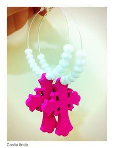 orecchini perle diamatate bianche con ciondoli croci legno fluo fucsia...