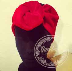 https://www.etsy.com/es/shop/GardeniaComplementos  Impactante turbante estilo Vogue años 50 en terciopelo rojo, anudado en forma de rosa. Elegante y chic. Ideal para los días de frío.  ....................................................... Stunning turban. Made of high quality red velvet. 50´s Vogue inspired. Very simple design, with a knot in a rose shape. Chic and classy. Perfect to wear in cold days.