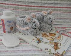 Sebastian Mouse BunnyKids Booties – – 12 months) at Makerist Free Baby Patterns, Baby Boy Knitting Patterns, Free Knitting, Baby Knitting, Crochet Baby Boots, Knit Baby Booties, Knitted Baby, Baby Cocoon, How To Start Knitting