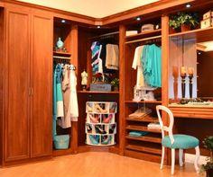 begehbarer-Kleiderschrank-mit-Schuhregal-aus-Holz