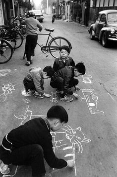 Children drawing on the Taito road, Tokyo, 1961 by Takeyoshi Tanuma vintage real life childhood photo just goes to show we are all the same no matter where we are born Photos Du, Old Photos, Vintage Photos, Vintage Photography, Street Photography, Urbane Fotografie, Japanese Landscape, Drawing For Kids, Children Drawing