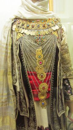 Αττική-τα κοσμήματα της νυφιάτικης φορεσιάς.Τα κουστέκια του τζάκου είναι ασημένιες πόρπες που χρησίμευαν για να κλείνει ο τζάκος κάτω από το στήθος.Το μικρό γιορντάνι είναι κόσμημα για το λαιμό και αποτελείται από 12 έως 19 κομμάτια, από τα οποία κρεμόταν φλουριά και ήταν επενδυμένο εσωτερικά με ύφασμα. Το μεγάλο γιορντάνι ήταν στολίδι για το στήθος. Εθνικό Ιστορικό Μουσείο, Αθήνα. Folk Clothing, Greek Clothing, Historical Clothing, Greek Traditional Dress, Traditional Outfits, Folk Embroidery, Embroidery Fashion, Greek Costumes, Dance Costumes