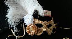 Mascara customizada em pérolas, strass, flores de cetim e plumas. Mãos de Fada Artesanato  www.facebook. com/mfmuzambinho