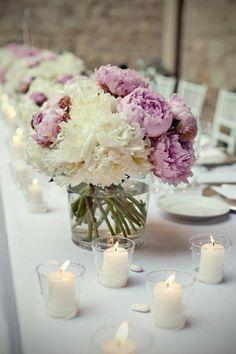romantische Tischdekoration mit Blumen und Kerzen
