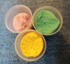 Deux recettes de pâte à modeler maison naturelle et comestible (avec et sans cuisson) pour des heures d'activités avec les enfants.