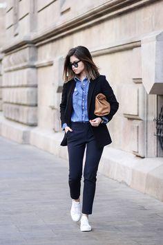 Jeanshemd kombinieren: Stylisch zu Anzughose, Blazer und Sneakers