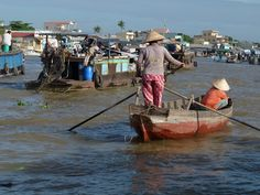 Mekong Delta - floating market. Citeste mai multe: http://www.imperatortravel.ro/2013/02/s-o-spunem-p-a-dreapta-delta-mekongului-nu-e-delta-dunarii-dar-merita-vizitata-daca-ajungi-in-vietnam-episod-2.html