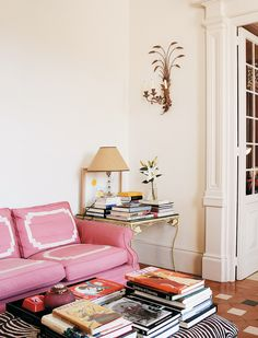 Carolina Herrera Báez's country home in Cáceres, Spain has long been a favorite so I was naturally thrilled to stumble upon these images from Architectural Digest's Spain edition. Carolina Herrera, Rosa Sofa, Design Apartment, Madrid Apartment, Pink Sofa, Living Spaces, Living Room, Interior Decorating, Interior Design