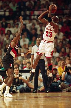 There are memorable NBA Finals moments. And then there are Michael Jordan¿s NBA Finals moments. Michael Jordan Basketball, Basketball News, Basketball Players, Lebron Jordan, College Basketball, Nba Pictures, Basketball Pictures, Chicago Bulls, Chicago Tribune