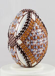 Huevo de Pascua en la tecnología de la cera de dos colores azul / ocre